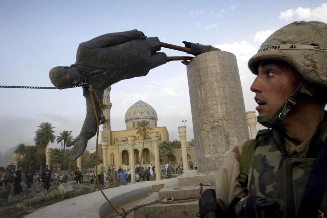 2003年4月9日,攻進巴格達的美軍部隊,見證著強人海珊的垮台。 圖/路透社