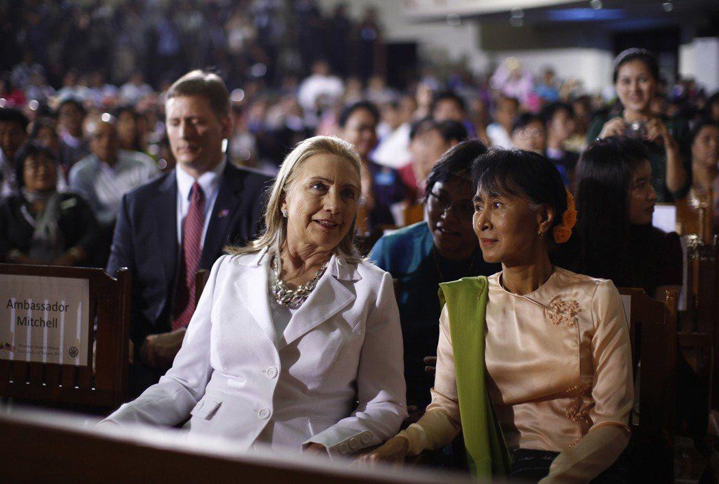 就連翁山蘇姬,亦不得不成為那個「盤算的人」。圖為2012年11月,時任國務卿希拉...