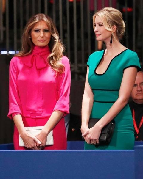 梅蘭妮亞和伊凡卡衣著品味不凡,前者穿GUCCI蝴蝶結襯衫搭窄裙,後者穿Rolan...