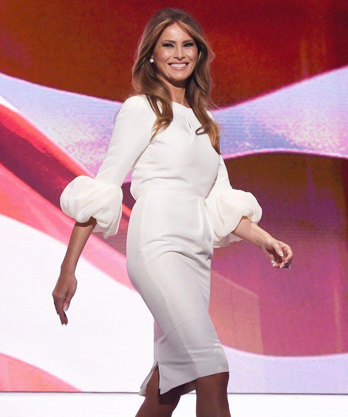梅蘭妮亞穿Roksanda Ilincic白色禮服,品味不凡,但因為不是美國設計...