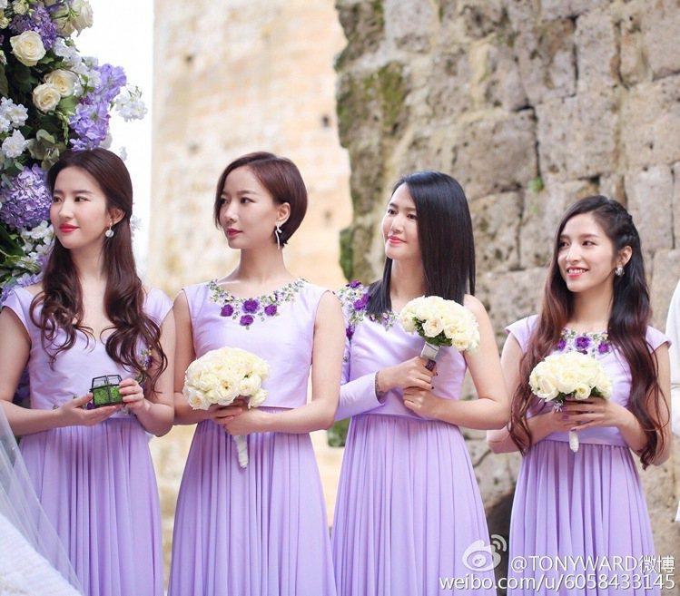 張靚穎辦娘團請來「神仙姊姊」劉亦菲(左一)等女星,穿上紫色伴娘服,相當吸睛。圖/...