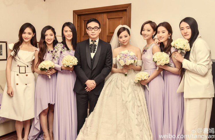劉亦菲(右二)當伴娘差點美過新娘張靚穎(右四)。圖/摘自TONYWARD微博