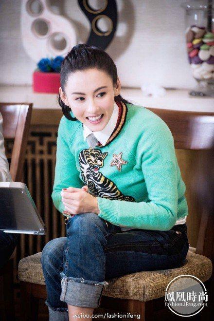 張栢芝日前上綜藝節目錄影也穿GUCCI 綠色老虎圖騰毛衣。圖/摘自鳳凰時尚微博
