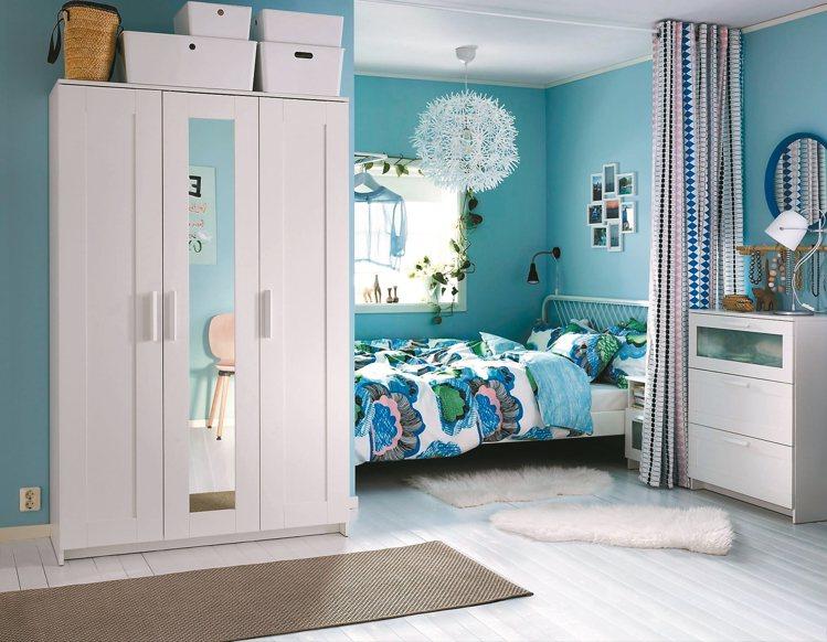 小倆口居家空間不大時,善用布簾可以拉出兩個小空間。 圖/IKEA提供