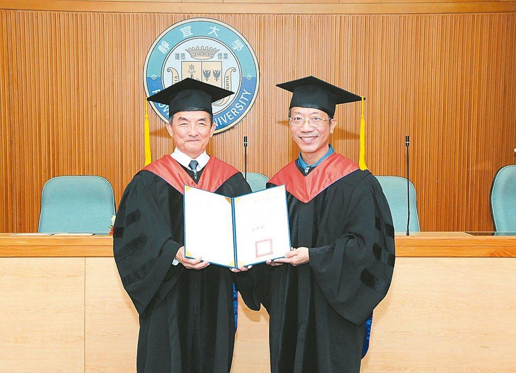 瑪利亞社福基金會創辦人莊宏達(左),昨由靜宜大學校長唐傳義(右)頒授名譽博士學位...