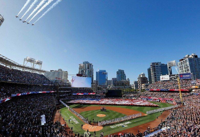 2016MLB明星賽在教士隊主場派寇球場(Petco Park)開打,賽前球場中展開巨幅美國國旗,並有戰機衝場炒熱氣氛。 圖/美聯社
