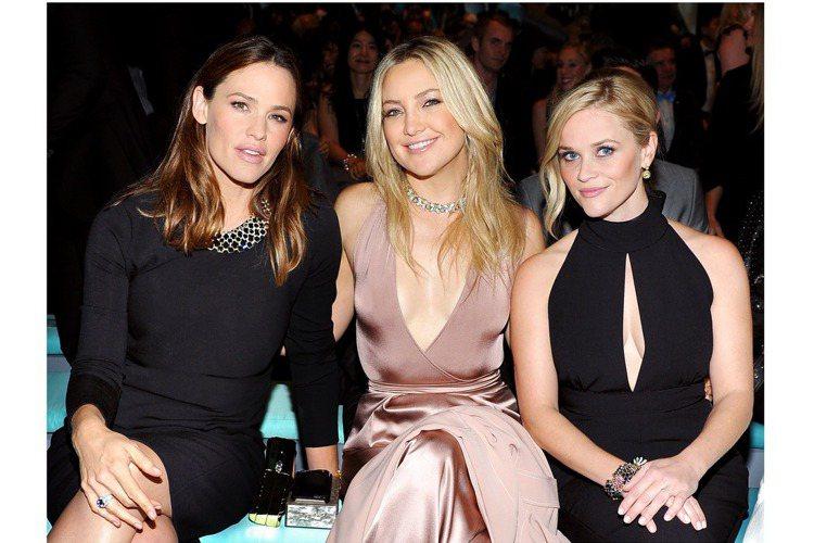 (左起)好萊塢影星珍妮佛嘉納、凱特哈德遜與瑞絲薇斯朋配戴2016 Tiffany...