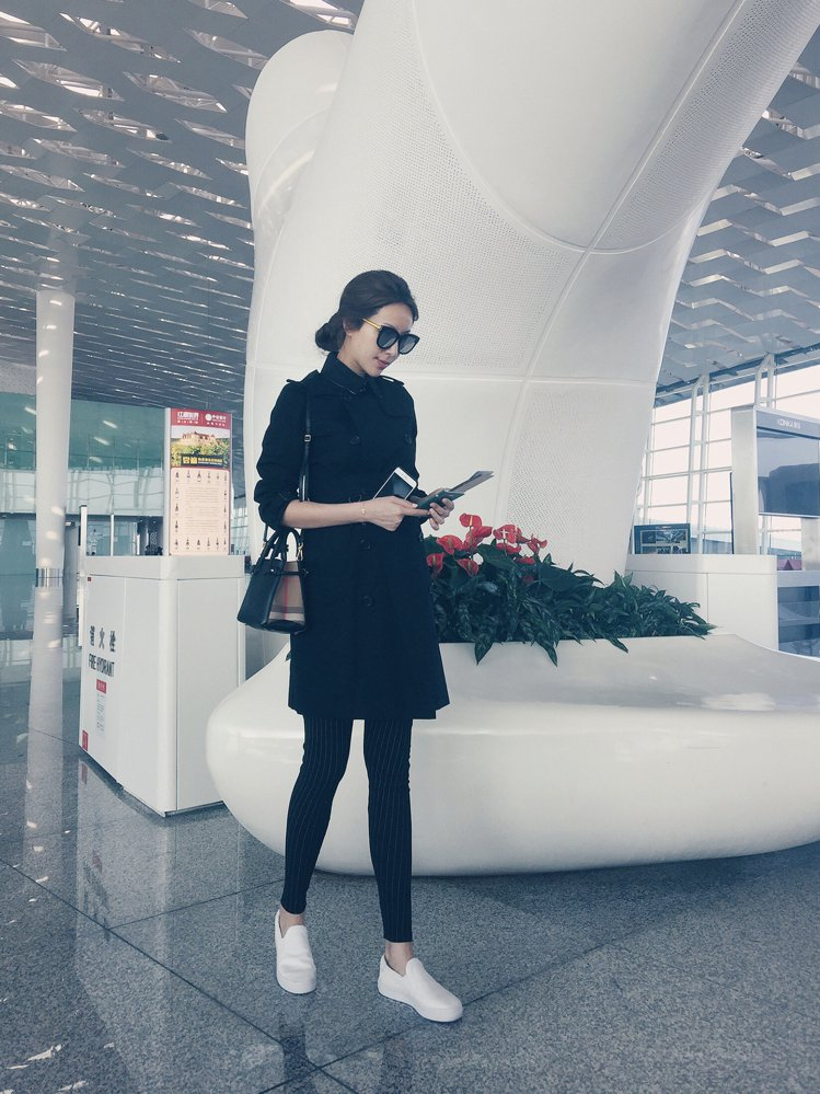 時尚媽咪隋棠用經典風衣展現藏肚的功夫。圖/BURBERRY提供