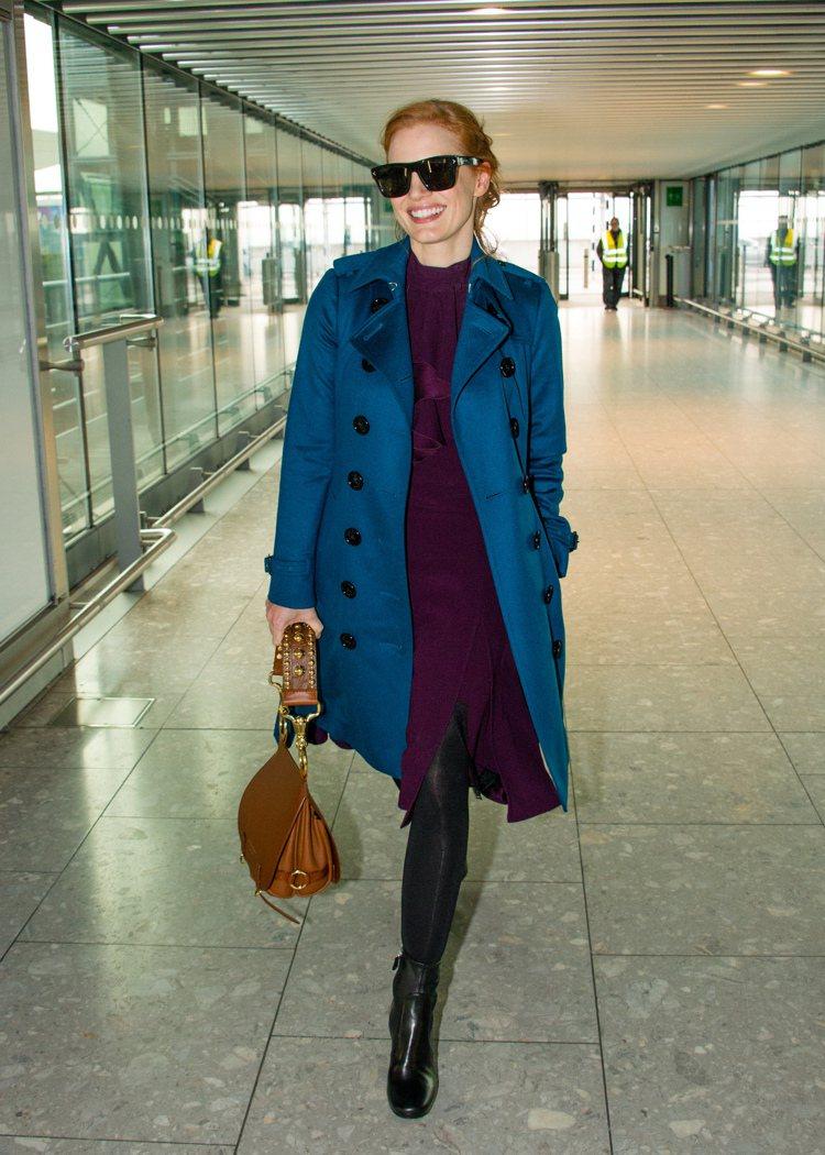 潔西卡雀斯坦的藍色風衣超搶眼。圖/BURBERRY提供