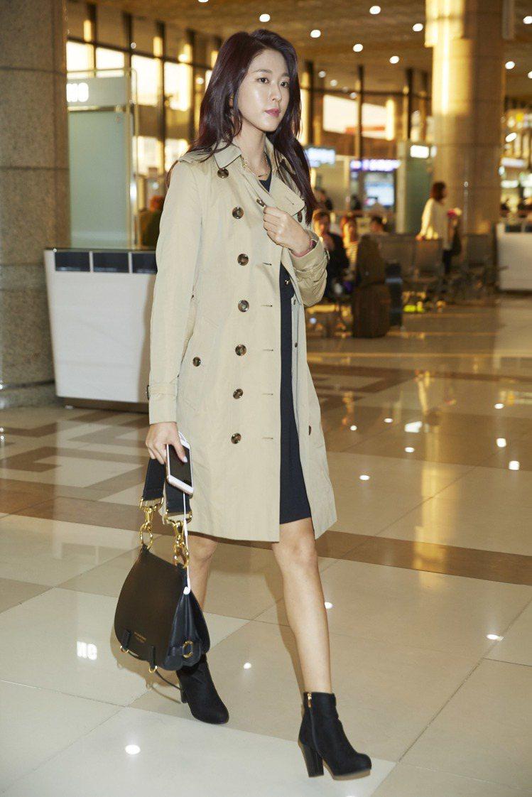 金雪炫詮釋了經典風衣的優雅迷人。圖/BURBERRY提供
