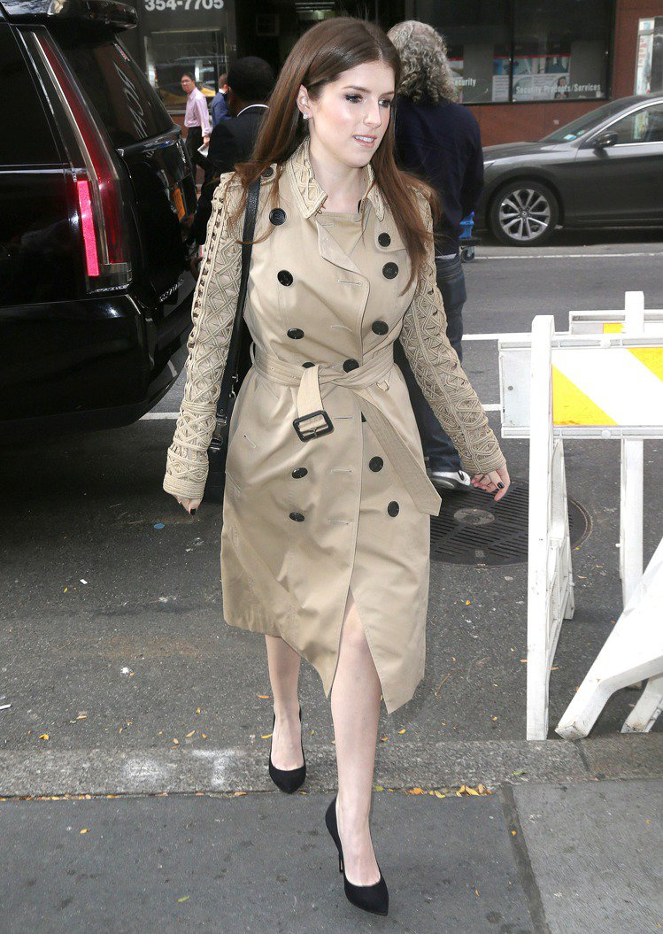 安娜坎卓克的經典風衣有刺繡編織的細節變化。圖/BURBERRY提供