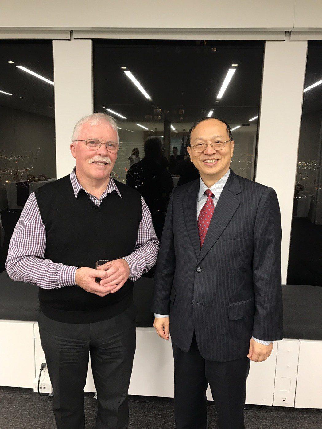 國際孤兒藥研發及罕病會議主席John Forman(左)與罕病基金會董事長曾敏傑...