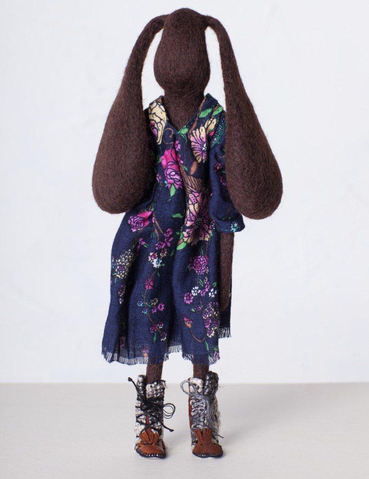 羊毛原毛結合布料,創造出奇特的藝術品。圖/JAMEI CHEN提供