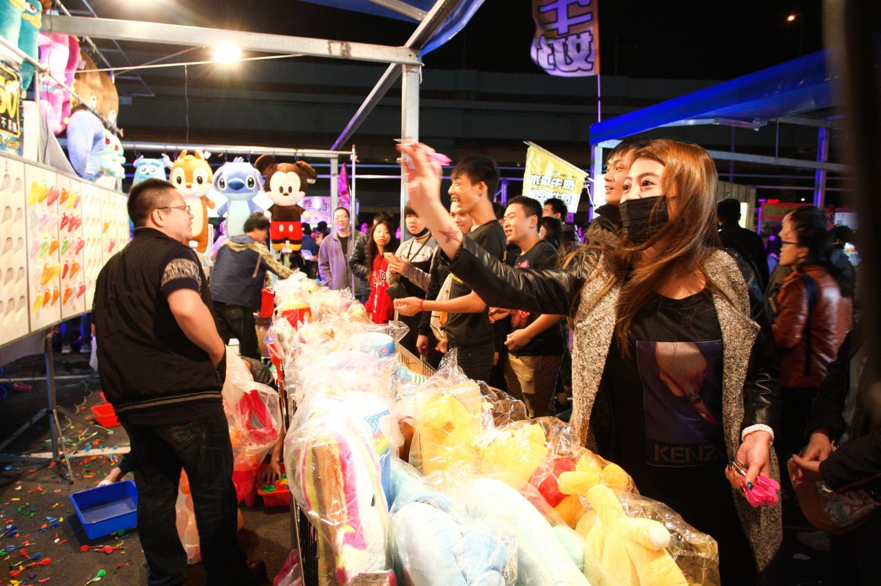 文創夜市內也有射氣球的常見的遊戲活動。記者陳睿中/攝影