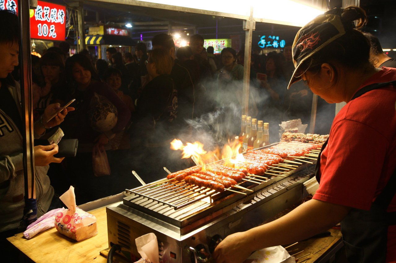 烤香腸等傳統小吃,仍佔文創夜市大宗。記者陳睿中/攝影