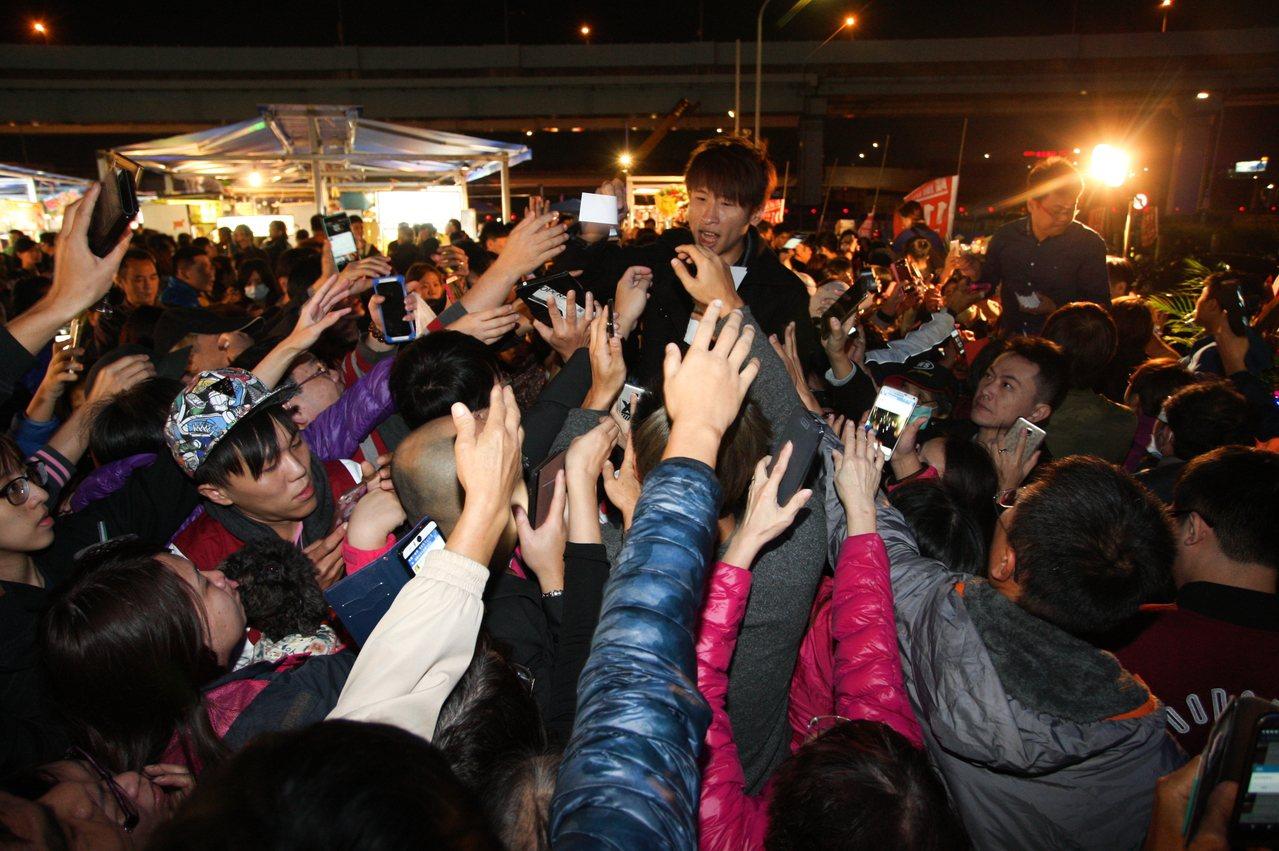 慶祝開幕所提供的抽獎券,引起民眾爭相拿取。記者陳睿中/攝影