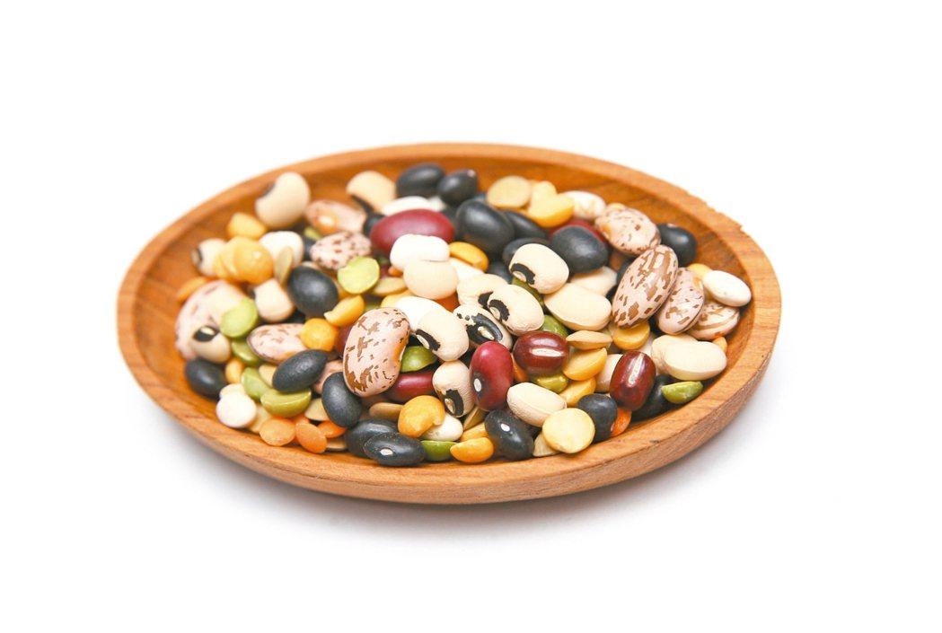 在各種豆類中可以吃進鐵質,例如,扁豆、荷蘭豆(豌豆),以及菠菜和堅果、穀物早餐。