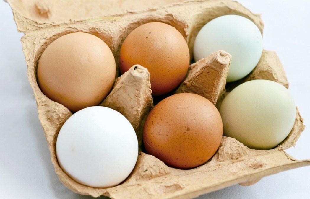 雞蛋、強化乳製品、柳橙汁和穀物中都可以吃到維生素D,但專家提醒,單一飲食很難獲得...