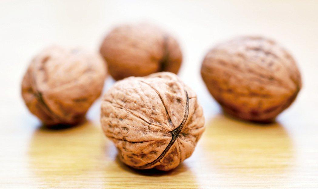 Omega-3的植物來源包括核桃和核桃油、亞麻籽和亞麻籽油,南瓜籽和南瓜籽油。但...