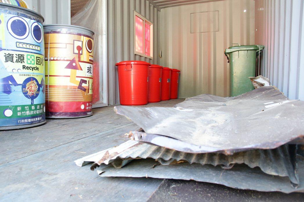 新竹縣環保局首次在竹東鎮柯湖里,成立偏遠地區資源回收站,讓民眾垃圾不落地,資源回...