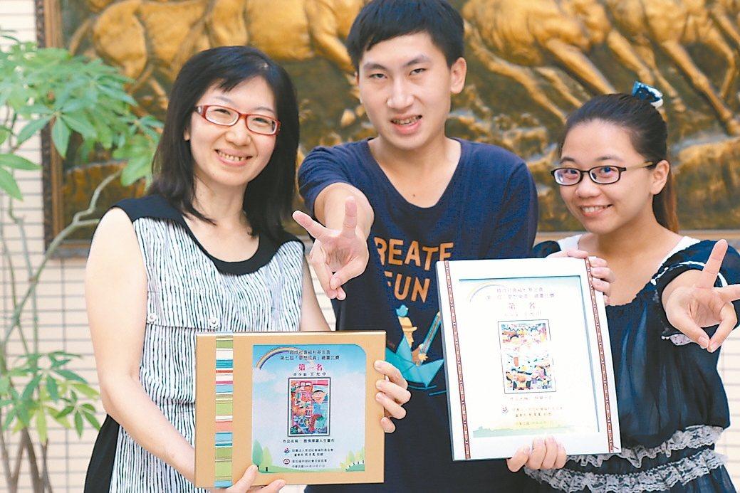 崑山科大新生王允中(中)患有輕度自閉症,參加心智障礙者繪畫比賽獲青少組第一名。 ...