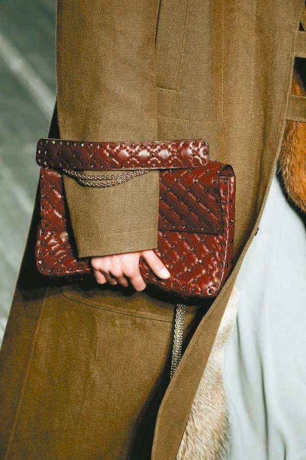 VALENTINO Rockstud Spike手袋也有酒紅色款。 圖/VALE...