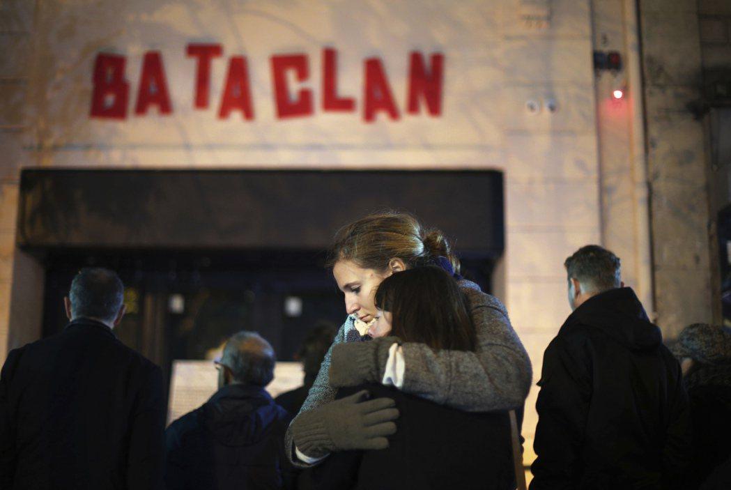 巴塔克蘭劇院外的悼念市民。在去年的攻擊案中,巴塔克蘭的挾持與攻堅,最終造成90人...