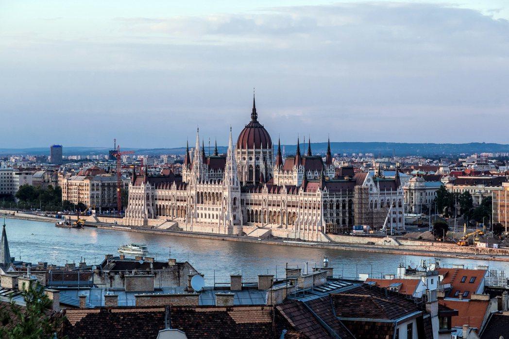 「歷經政治轉型近30年的匈牙利,你要怎麼面對過去的傷?」圖為多瑙河畔的布達佩斯。...