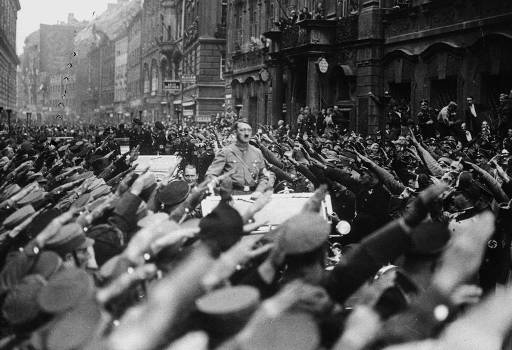 圖為在德國紐倫堡遊街造勢的希特勒與納粹支持者。匈牙利的薩拉希在1939年成立「箭...
