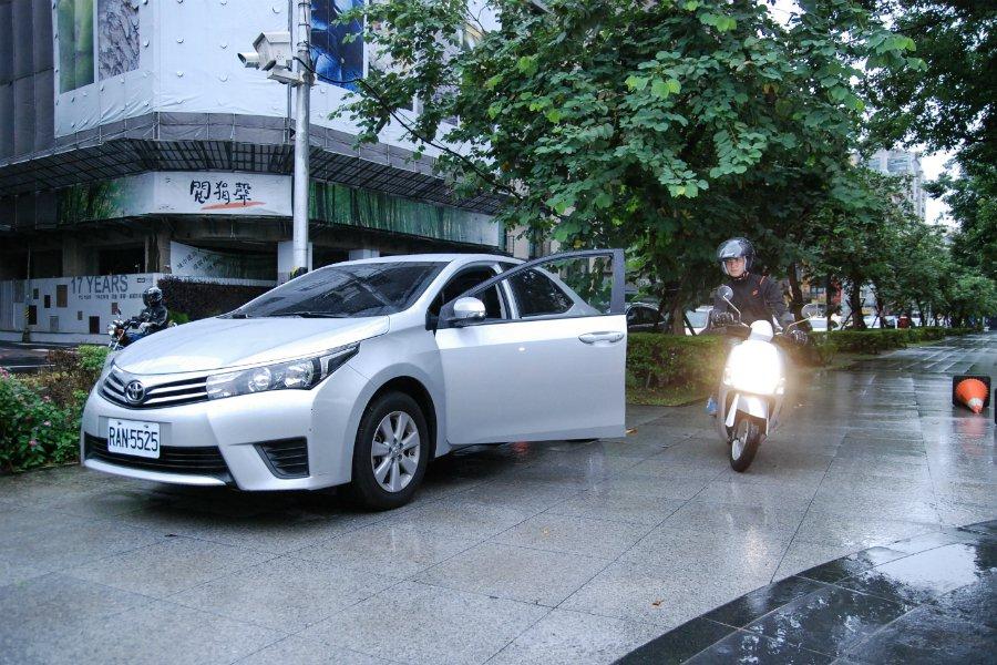 汽車駕駛人在開車門時,應採用反手兩段式開車門的方式,才能避免危害其他用路人的安全。 記者林鼎智/攝影