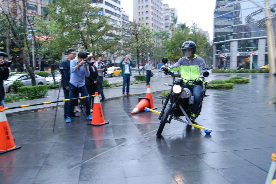 緊急剎車時,應避免輪胎鎖死,並避開標線、人孔蓋等容易讓車輛打滑的路面。 記者林鼎智/攝影