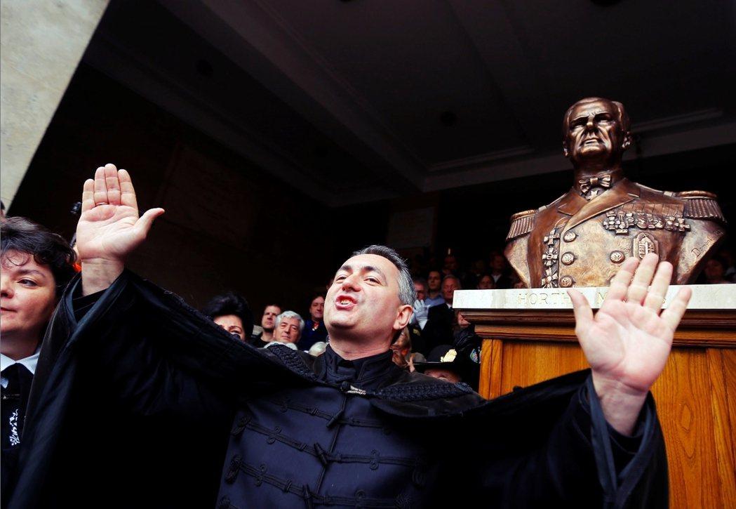 2013年,霍爾蒂的雕像卻重新被豎立在布達佩斯城內,70多年前的血色記憶,也再度...