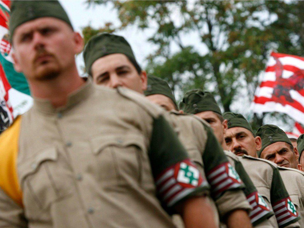 從政見、舉動,到制服、臂章,尤比克黨與他們成立的「匈牙利衛隊」(圖),總讓人有種...