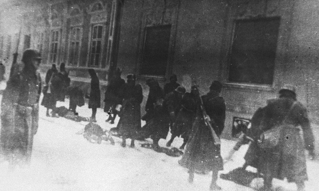 美國猶太大屠殺博物館所提供的證據照片,指卡彼洛等一干匈牙利士兵,在1942年1月...