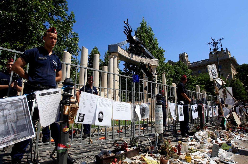 匈牙利政府在多瑙河左岸豎立起的二戰紀念碑(圖),被猶太社群指責為「漂白匈牙利戰爭...