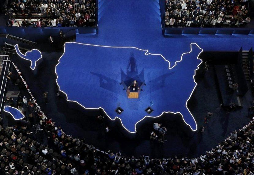 曲終人散:大選開票當日晚上,希拉蕊並未即時出席希競選總部,而是選擇讓競選總幹事波...
