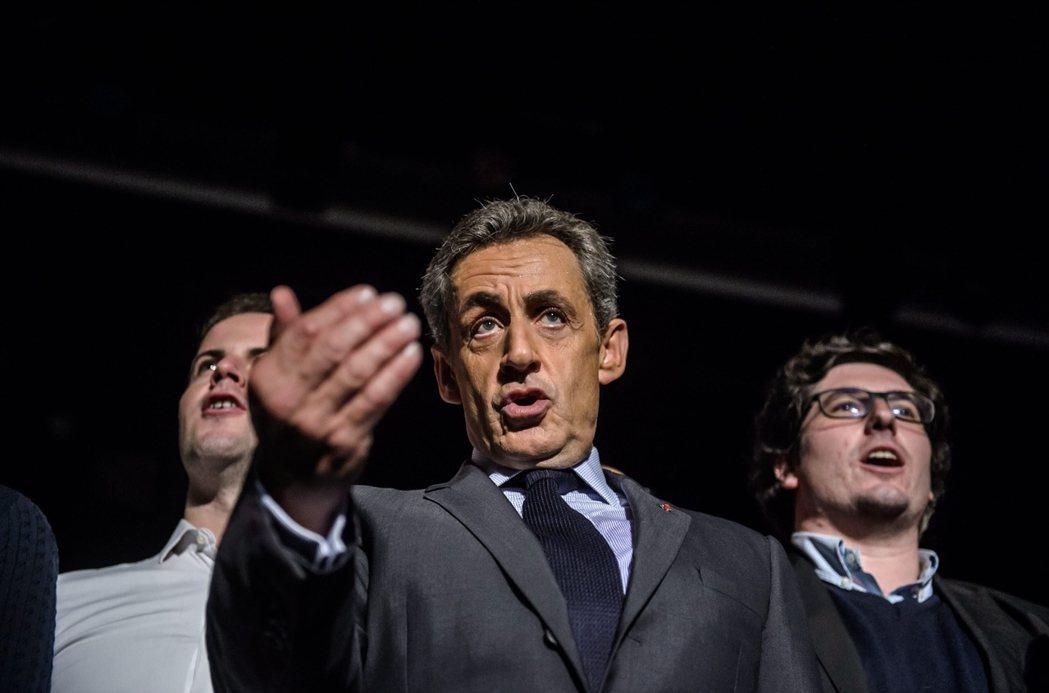 狙擊薩科奇:「幽靈軍團」亂入法國右翼總統初選。圖為在造勢活動上,忘情高唱《馬賽曲...