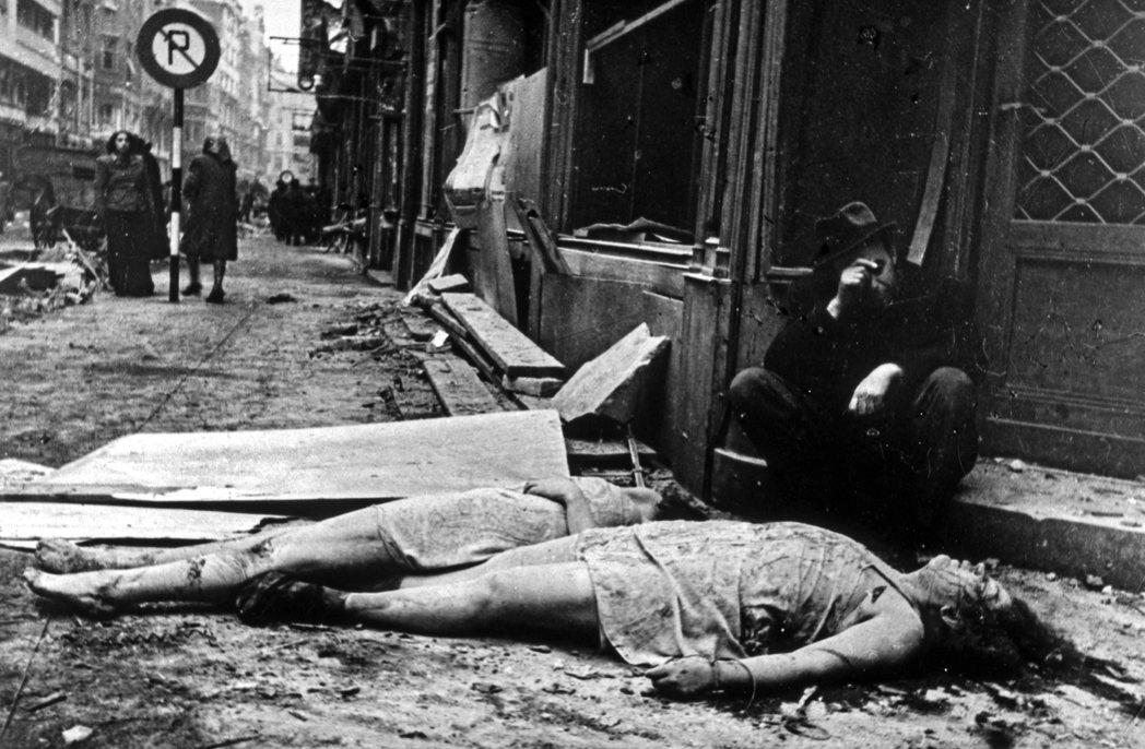 大戰後期,霍爾蒂也開始透露自己「不是那麼同意」艾希曼對匈牙利猶太人所主張的滅絕計...