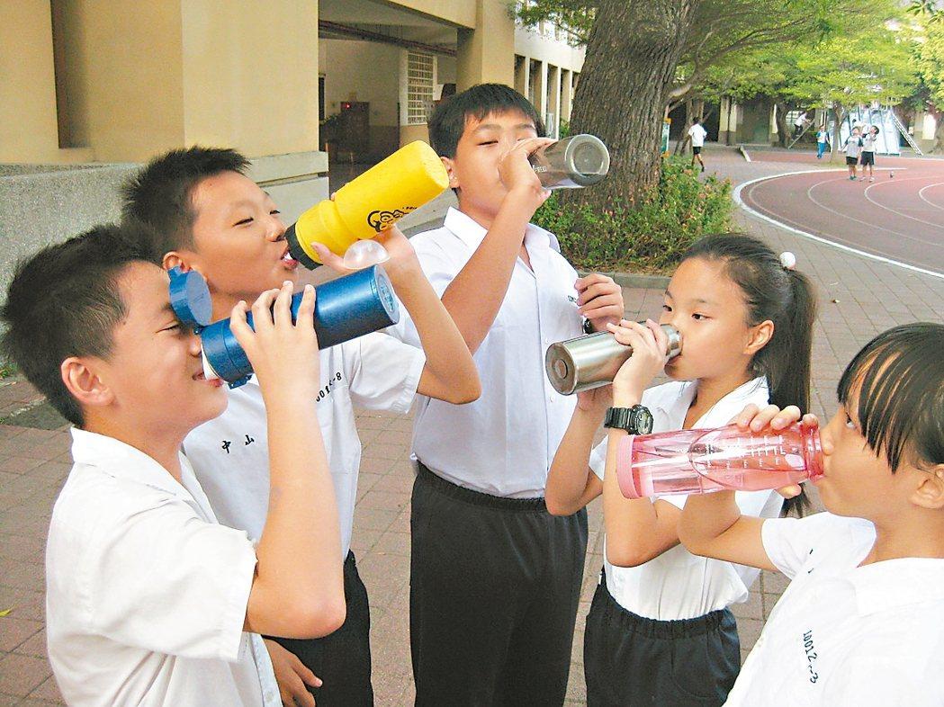 孩子在校少喝水 易生病 聯合報系資料照 記者簡慧珍/攝影