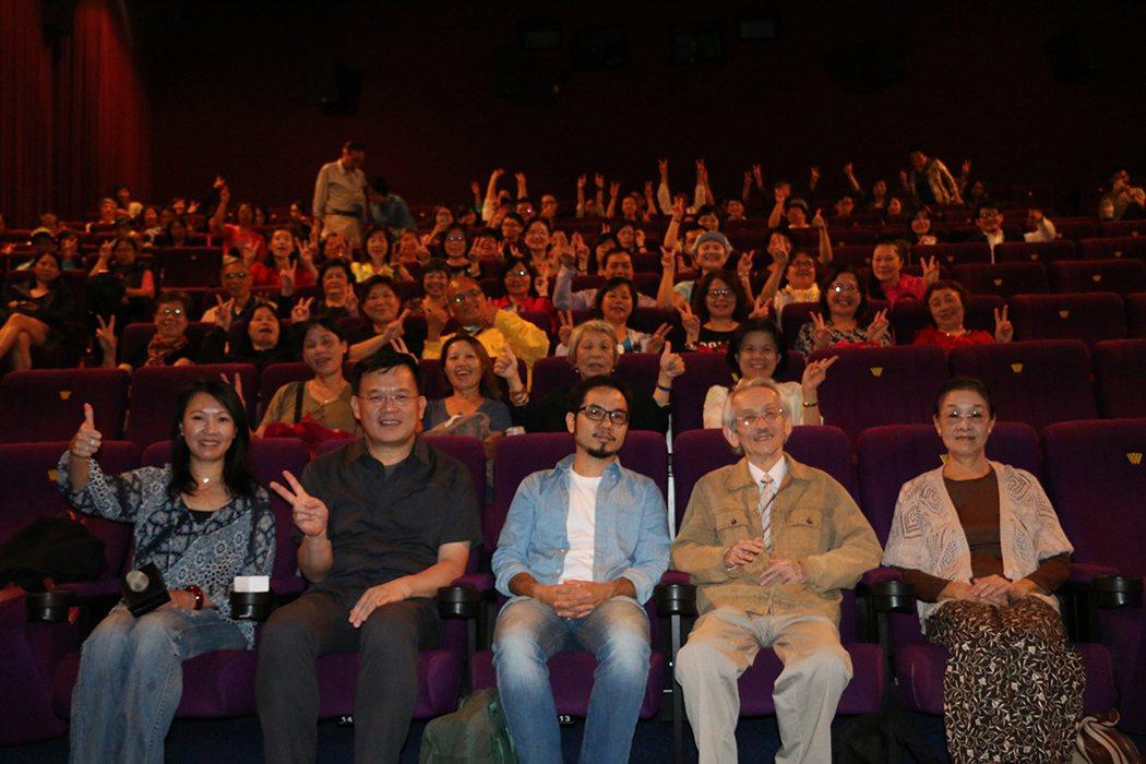 紀錄片《日曜日式散步者》導演黃亞歷(前排中)、作家王文興(右二)與觀眾合影。