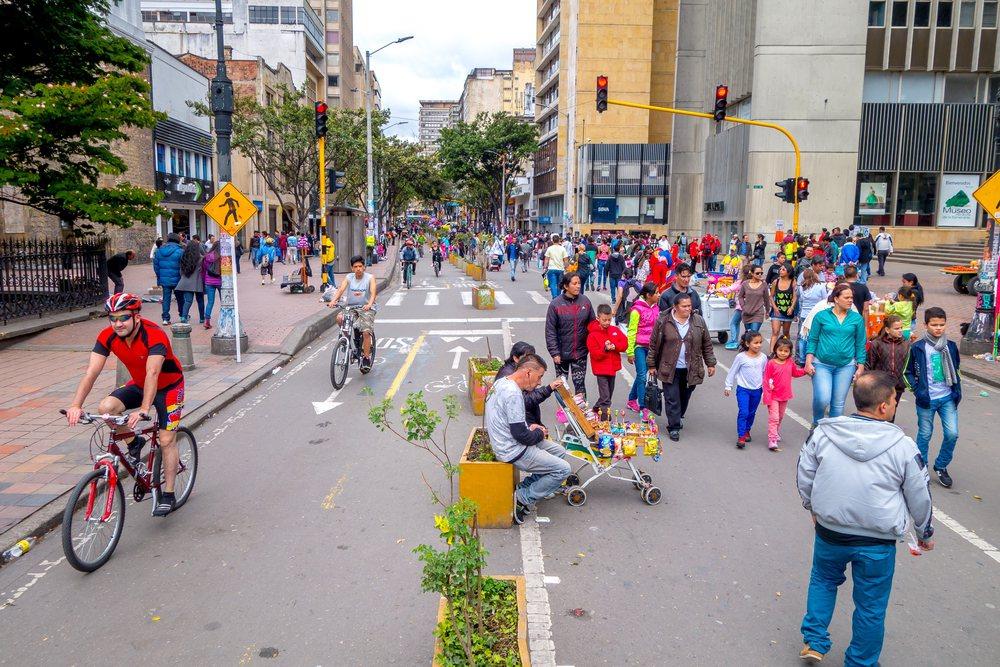 哥倫比亞首都波哥大市長提倡「快樂都市主義」,他相信市區無車日是共同學習經驗,可扭轉人們對道路的單一印象,讓人們對城市產生新的想像。 圖/shutterstock