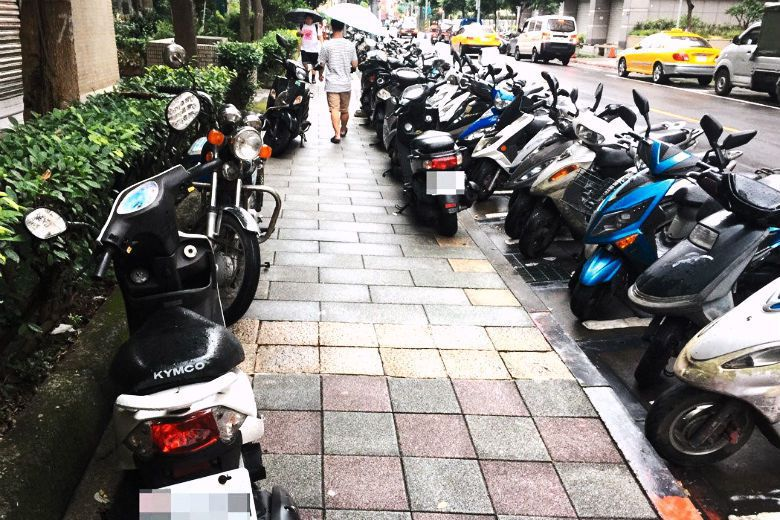 用路阻等硬體設施捍衛人行道、不讓人行道淪為免費停車位,這樣民眾才會多多步行。 圖/聯合報系