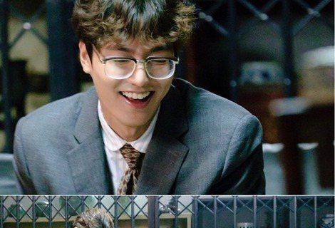 15日,韓國SBS電視台新劇「藍色大海的傳說」公開了李敏鎬變身為「缺心眼」的劇照。在公開的照片中,許俊在(李敏鎬飾)一頭凌亂的捲發,還戴著厚厚的眼鏡,規規矩矩地坐在沙發上,沒有焦距的目光以及呆萌的表...