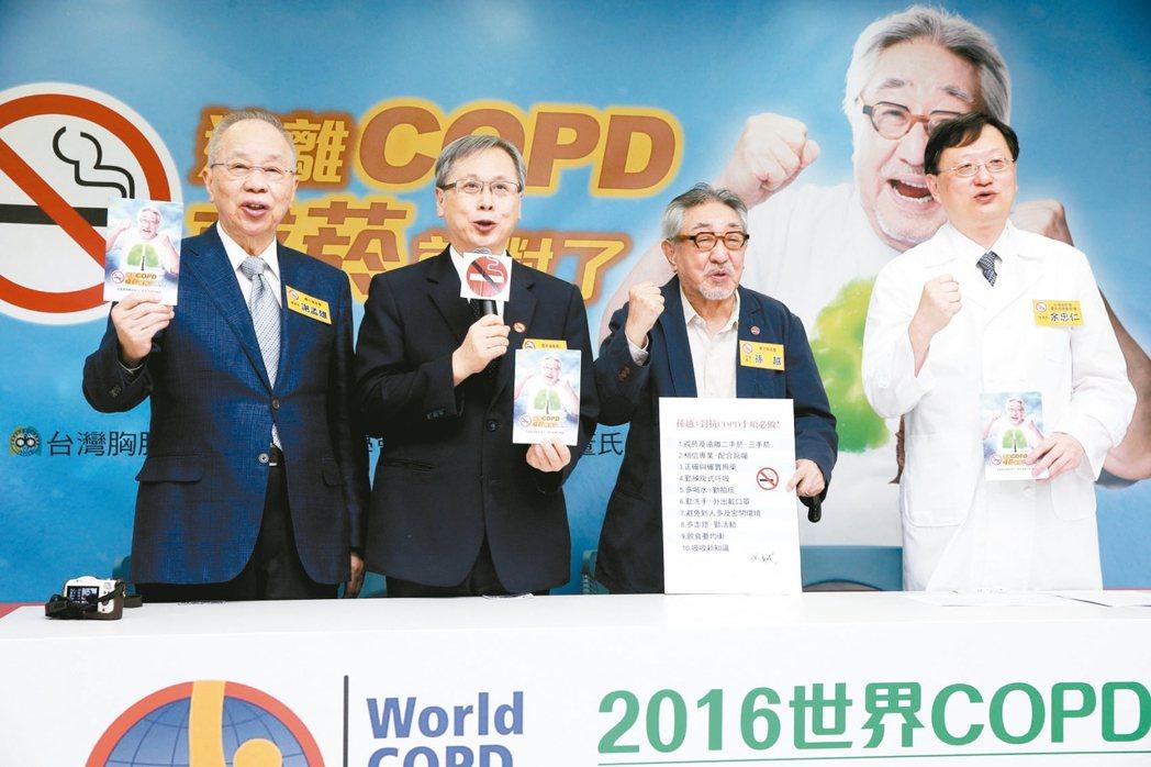 國民健康署和董氏基金會昨天舉行「遠離COPD,戒菸就對了!」記者會,邀請孫越(右...