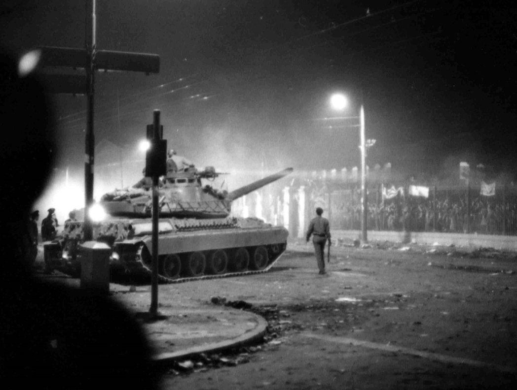 1973年11月17日凌晨三點,軍方的坦克車殺進了校園。 圖/美聯社