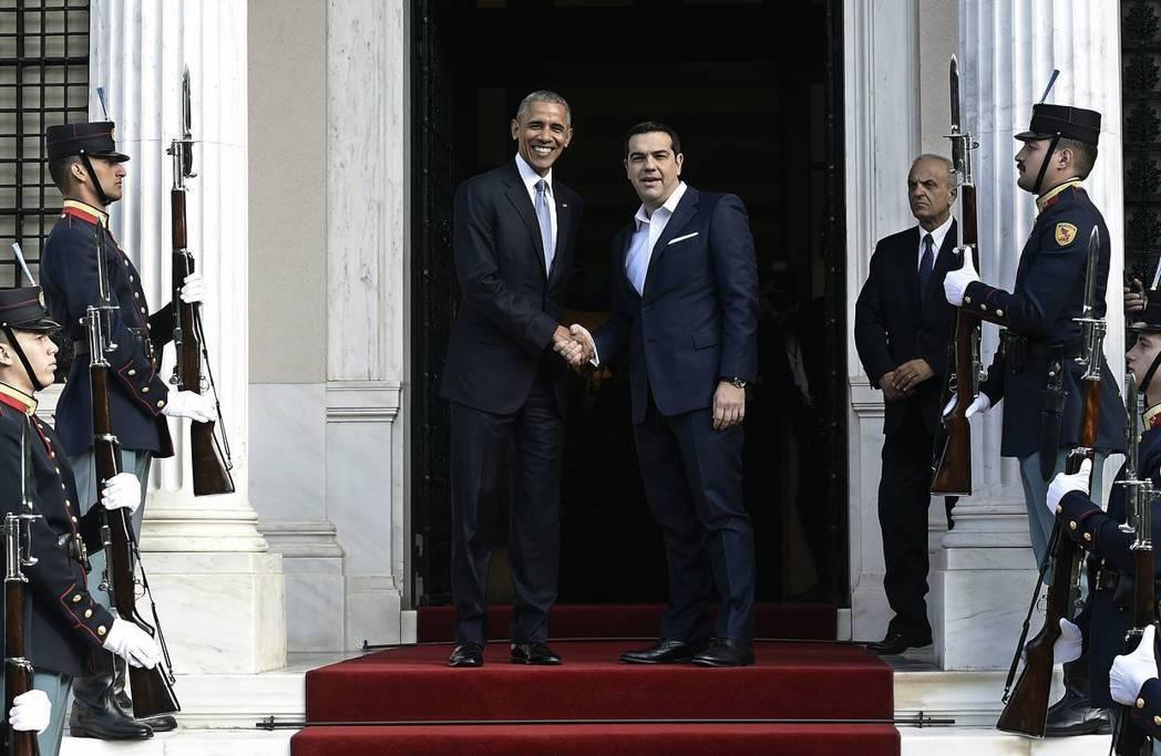 畢業旅行第一站,歐巴馬(左)與齊普拉斯(右)。 圖/路透社