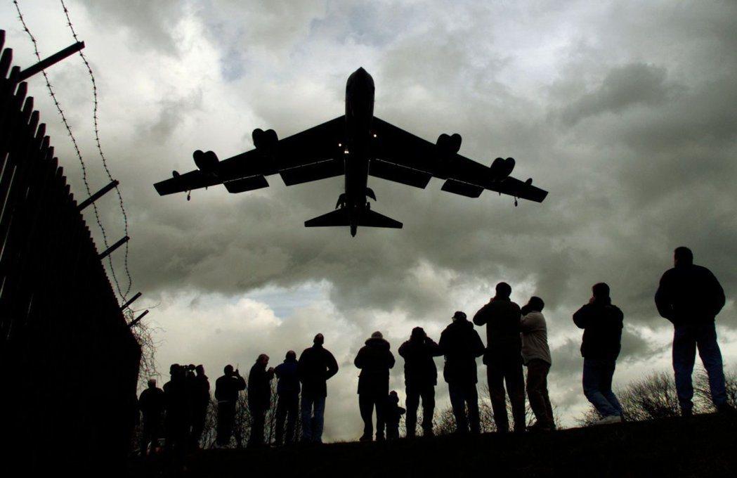 從英國出發,準備飛往巴爾幹轟炸南斯拉夫的美軍B-52轟炸機。 圖/路透社