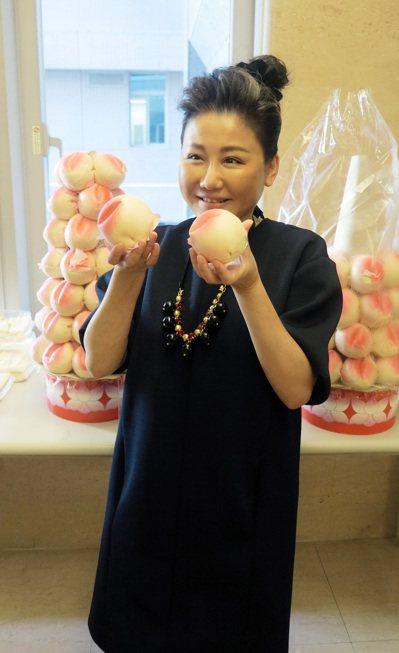 攝影棚外,好友送來大串壽桃為她慶祝51歲生日。圖/TVBS提供