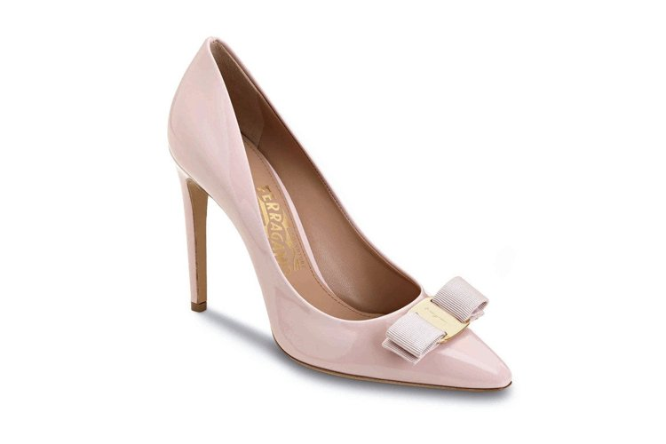 Vara Chic系列粉色漆皮高跟鞋,價格店洽。圖/Ferragamo提供