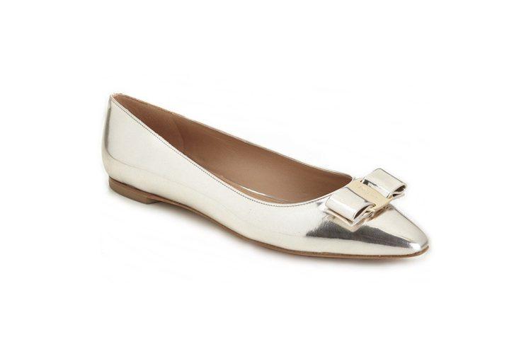 Vara Chic系列銀色漆皮平底鞋,21,500元。圖/Ferragamo提供